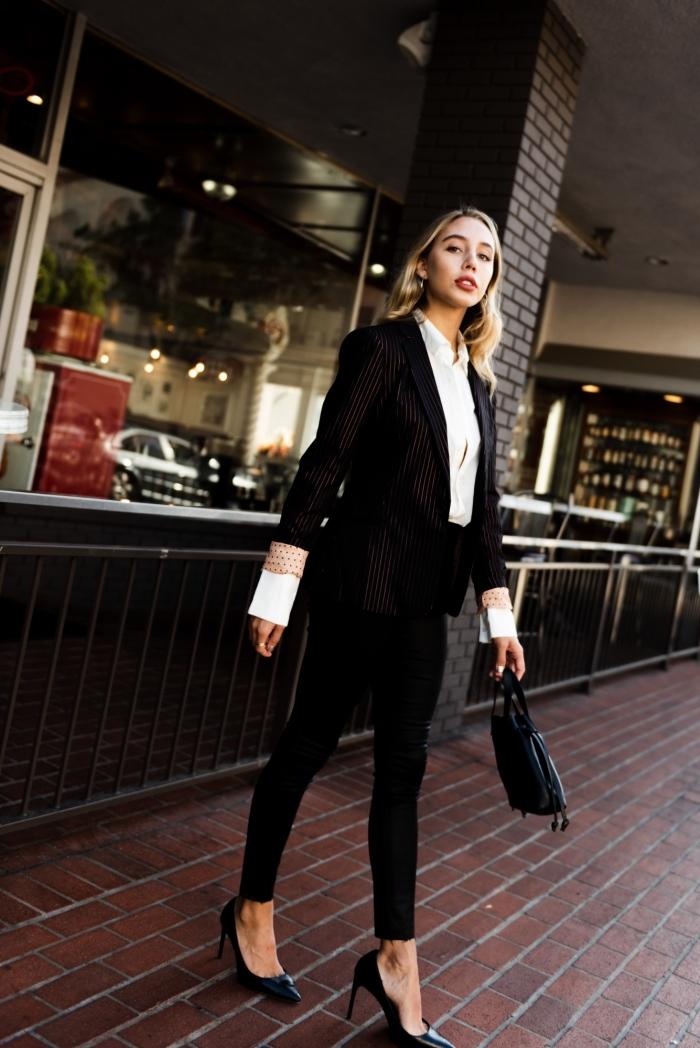 modèle de tailleur pantalon femme pour ceremonie, idée tenue femme élégante en costume 2 pièces noir et chaussures à talons