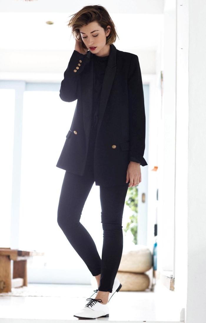comment porter ensemble tailleur femme élégant avec chaussures plates, tenue semi officiel en costume noir femme