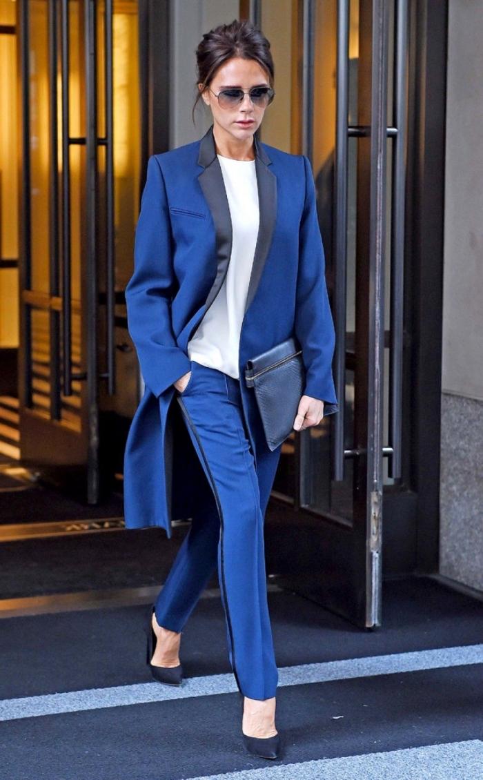idée de tailleur femme mariage invitée, tenue femme invitée classe en costume 2 pièces de couleur bleu foncé