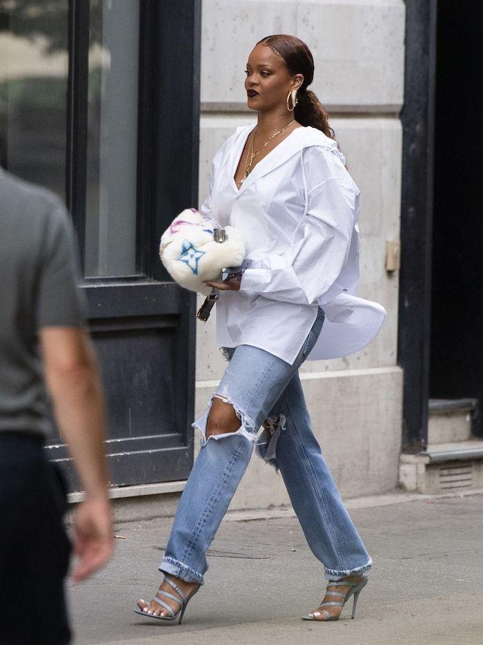 Rihanna jean déchiré et chemise blanche, chaussure streetwear et pantalon streetwear pour un look impécable