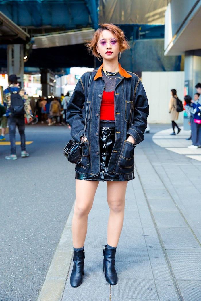 Jupe mini simili cuire et top rouge, femme idée tenue eclectique, comment savoir comment s'habiller