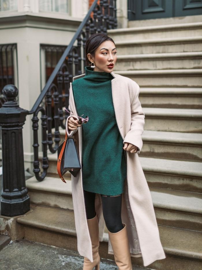 exemple comment porter un pull oversize avec bottes genoux en simili cuir et manteau long de nuance beige