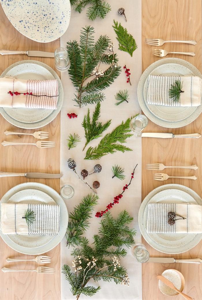 deco de table de noel à réaliser avec produits naturels, arrangement de table Noël avec branches de sapin et pommes de pin