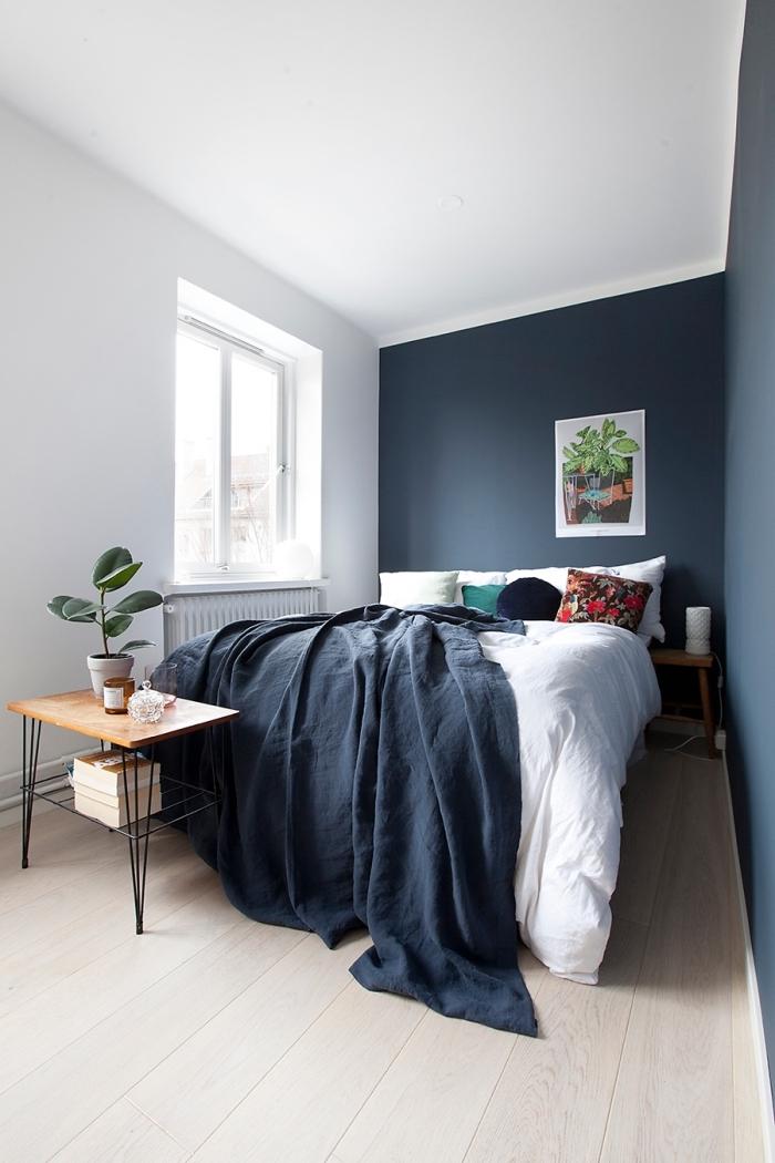 comment disposer 2 couleurs dans une chambre, déco petite chambre minimaliste aux murs bleu foncé avec accents bois