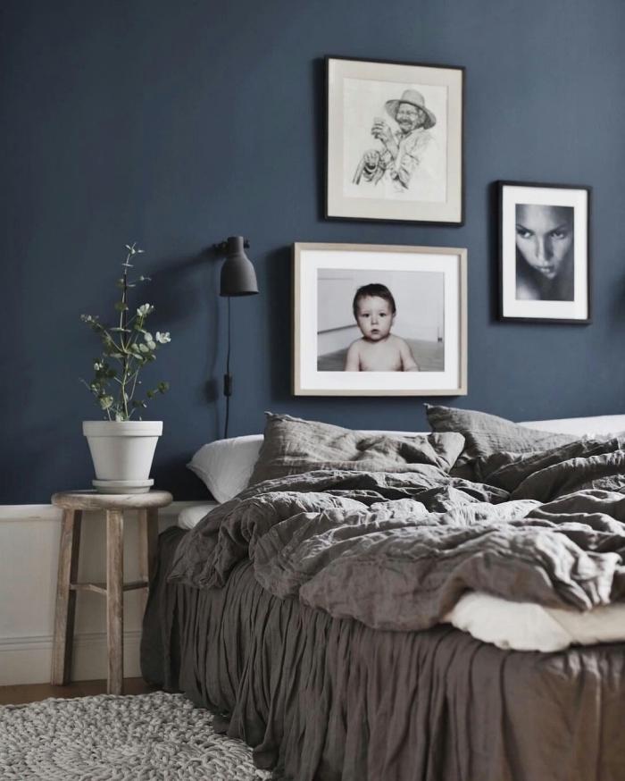 deco peinture chambre minimaliste aux murs bleu foncé, aménagement pièce scandinave aux murs bleu nuit