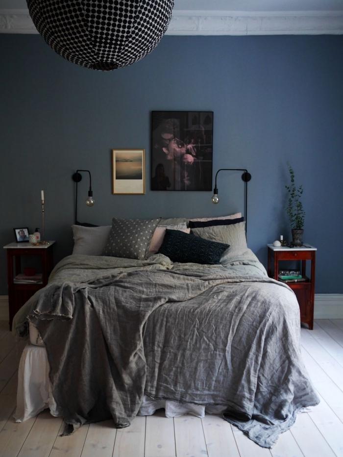 idée de couleur chambre parentale tendance 2019, design chambre à coucher bleu foncé avec accents en gris