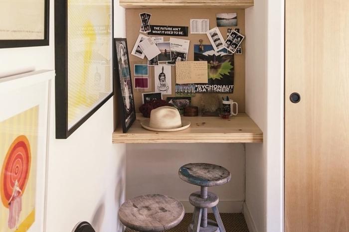 exemple comment construire un bureau avec étagère en bois dans un petit espace limité dans le couloir blanc