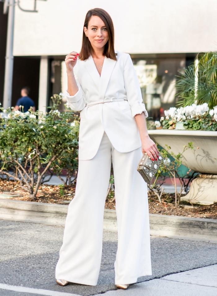 idée de tenue élégante en costume 2 pièces blanc, modèle de tailleur femme mariage stylé au pantalon fluide et blazer ceinturé