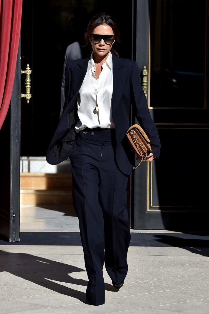 comment porter un tailleur pantalon femme classe avec chemise satin et accessoires tendance lunettes de soleil noires