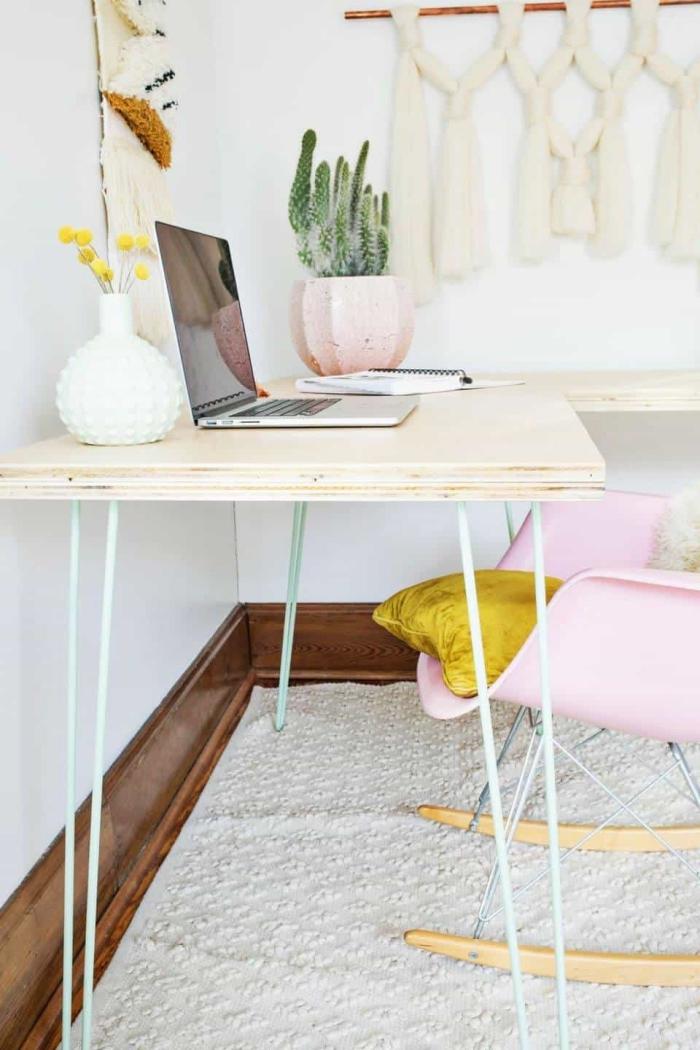 aménagement espace de travail maison avec meuble diy, modèle de bureau d'angle construit avec plan de travail et pieds métal