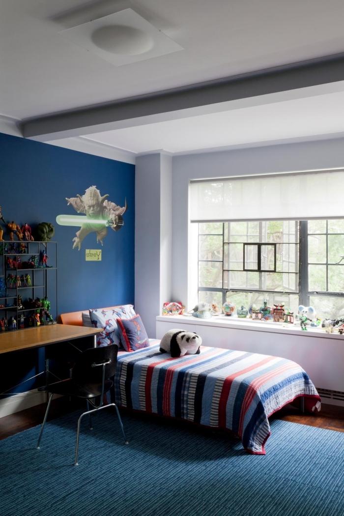 design chambre d'enfant aux murs bleus foncés, idée peinture bleu nuit et plafond blanc avec meubles bois