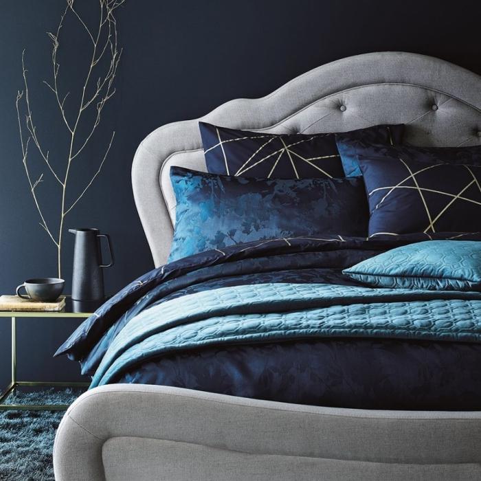 idée peinture chambre moderne de nuance bleu minuit, décoration chambre bleu et gris avec accents noir mat