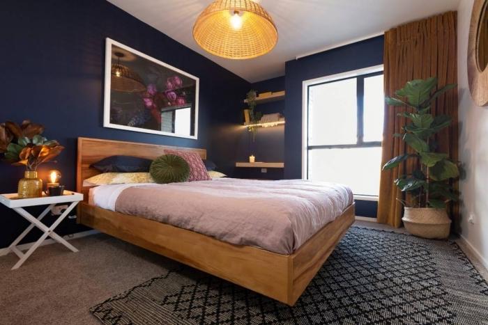 deco chambre bleu nuit avec accents en bois, aménagement chambre moderne aux murs sombres avec meubles en bois