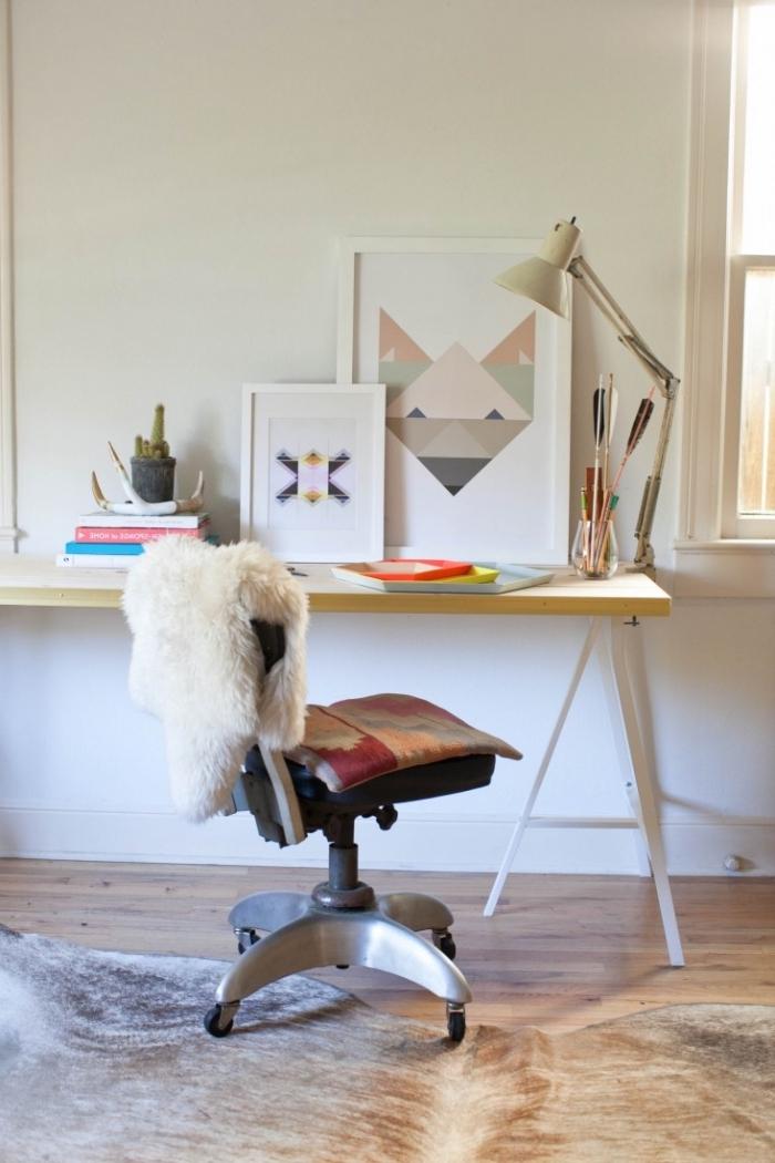 plan de travail bureau en bois avec pieds en métal blanc, déco coin de travail féminin avec meubles bois et accents bohème chic