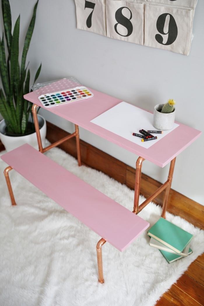 idee bureau pour chambre fille à réaliser avec planche bois peinte en rose et pieds en métal repeints en cuivre