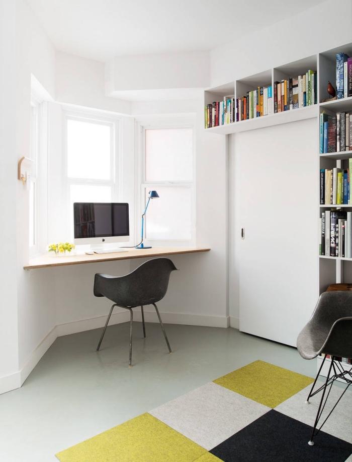 exemple comment exploiter un espace limité avec un bureau suspendu DIY en bois, déco petite chambre blanche