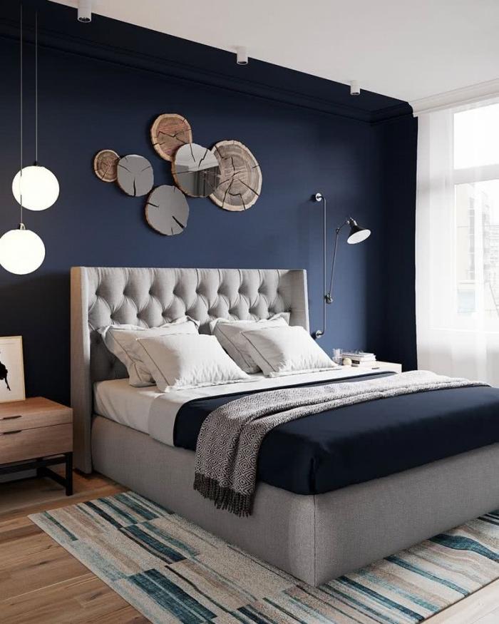 idée peinture chambre adulte 2 couleurs, design chambre parentale aux murs bleu nuit avec plancher bois et plafond blanc