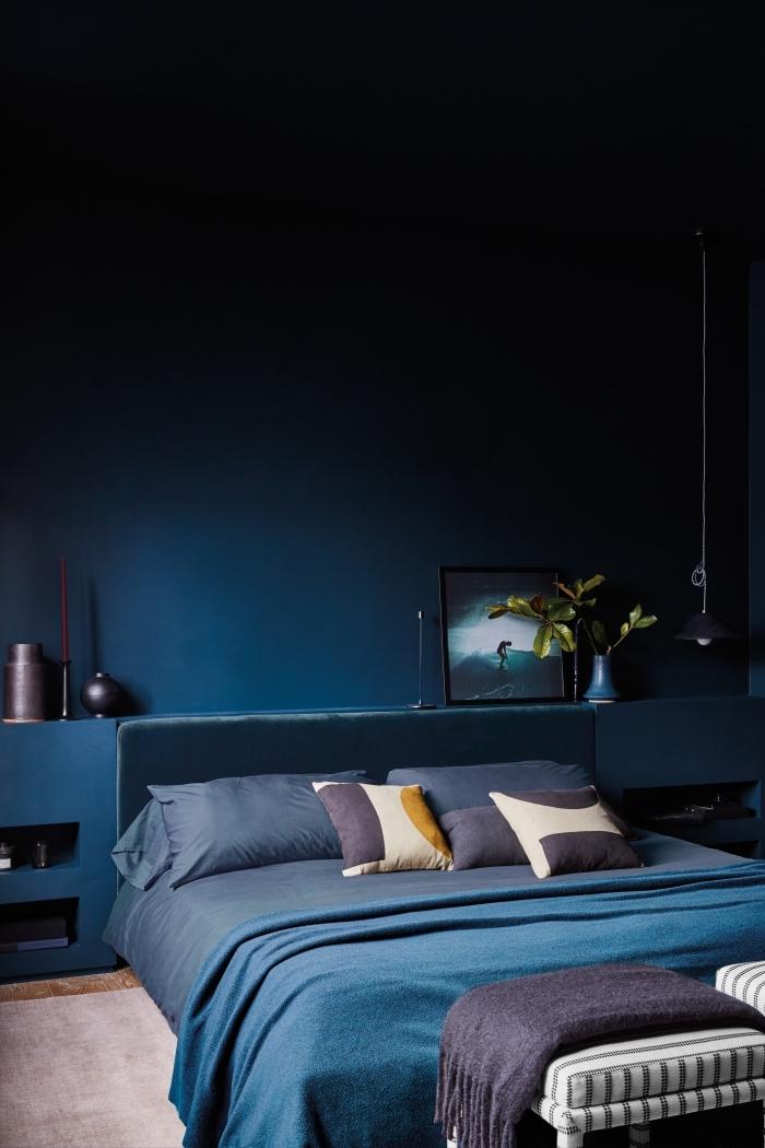 quelle couleur peinture chambre tendance 2019, design intérieur contemporain dans une chambre bleu foncé avec accents violet foncé