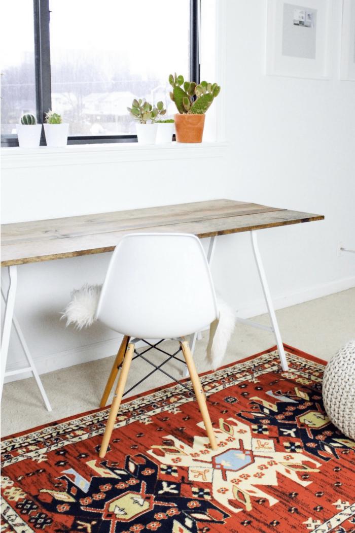 modèle de bureau diy avec planche de bois et pieds en épingles blancs, déco chambre cocooning avec meubles bois