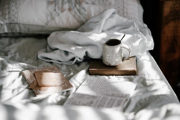 Mythes sur le matelas démystifiés, tasse à café au lit, idée comment créer un coin confortable