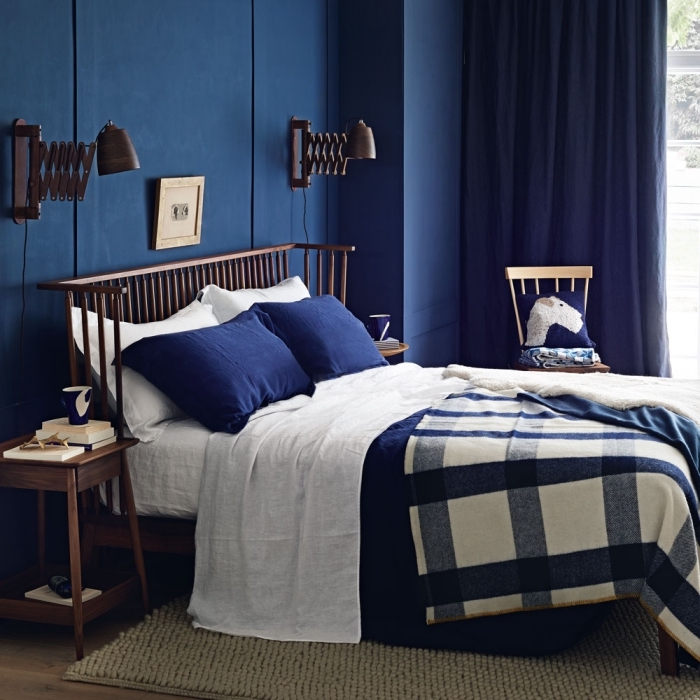 couleur chambre parentale tendance 2019, exemple de chambre aux murs bleu minuit avec meubles en bois foncé