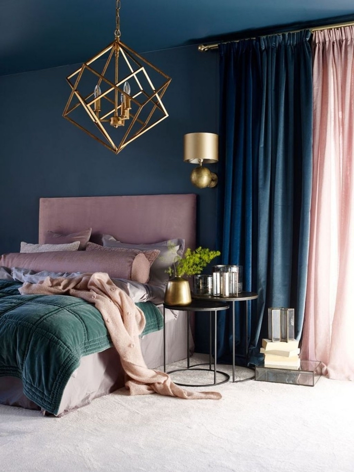 deco peinture chambre bleu et rose poudré avec accents dorés, modèle de table de chevet design contemporain en noir