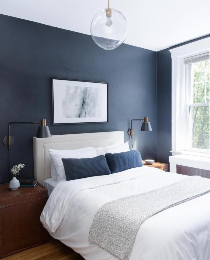 couleur pour chambre adulte moderne, décoration chambre à coucher bleu foncé et blanc avec meubles en bois foncé