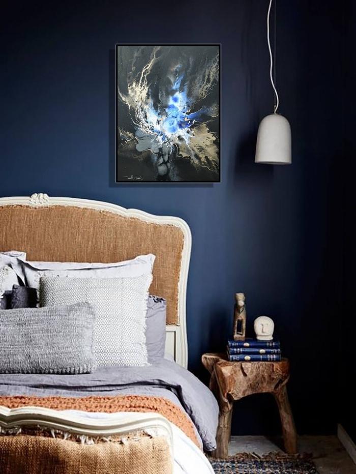 deco chambre bleu nuit avec meubles en bois brut, exemple de lit cocooning avec tête de lit rustique et coussins décoratifs