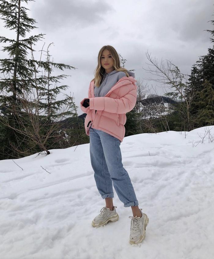 Blogueuse vetements de sport hiver femme, fitness fashion tenue avec basket blanche sur la neige, beau look swag