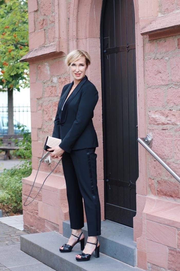modèle de tailleur pantalon femme chic pour mariage, look stylé femme en costume 2 pièces de couleur noire