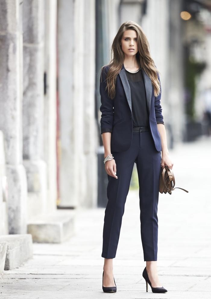 modèle de tailleur pantalon femme chic de couleur bleu foncé, tenue femme officielle en costume 2 pièces bleu foncé
