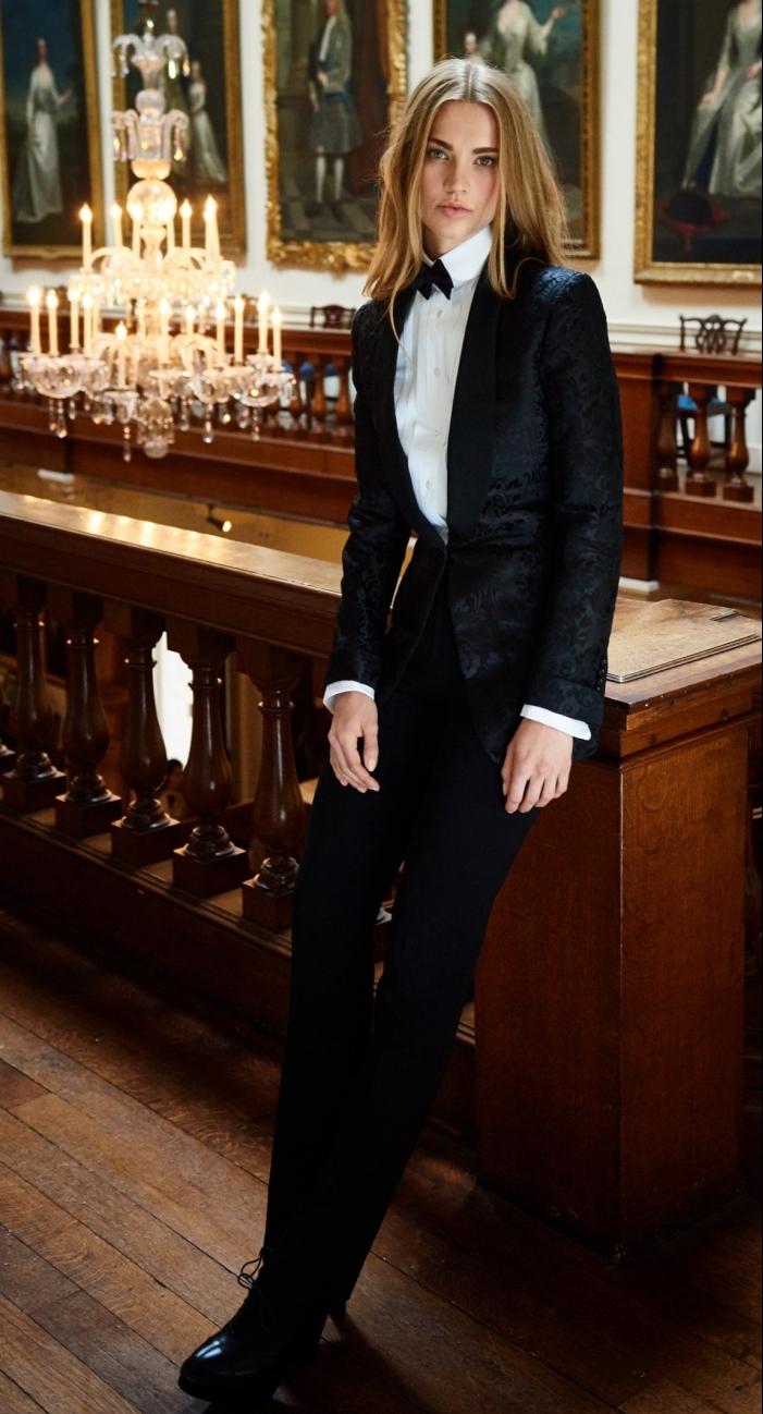modèle de tailleur femme élégante de couleur noire, porter un smoking avec chemise blanche classe et papillon noir