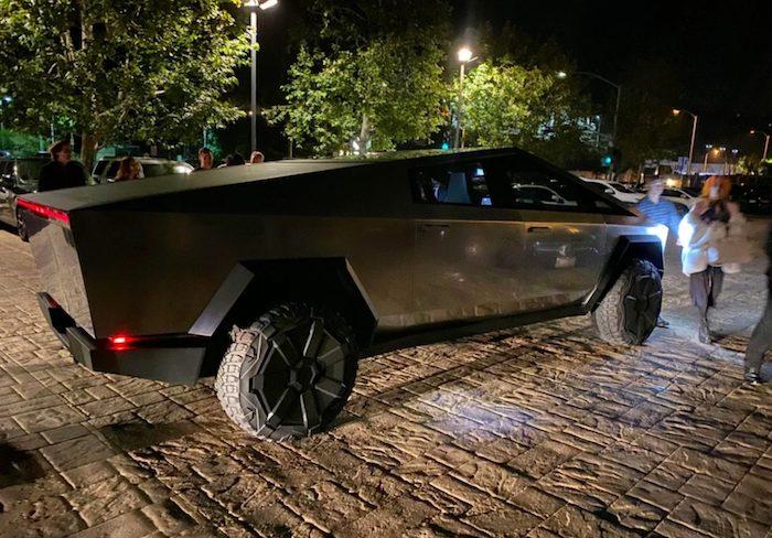 Première sortie publique pour Elon Musk et son suv futuriste Cybertruck dans un restaurant de Malibu, Los Angeles