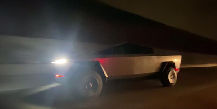 Elon Musk a été filmé au volant de son suv électrique Cybertruck dans les rues de Malibu