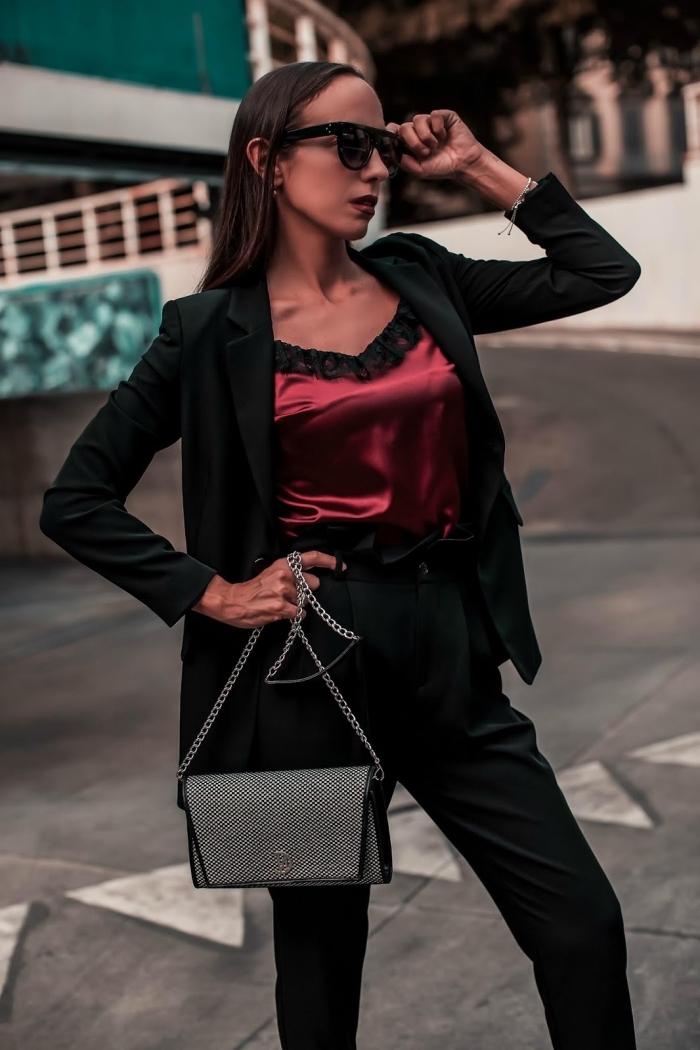 ensemble blazer femme élégant et pantalon taille haute, tenue classe femme en débardeur satin rouge foncé et costume noir