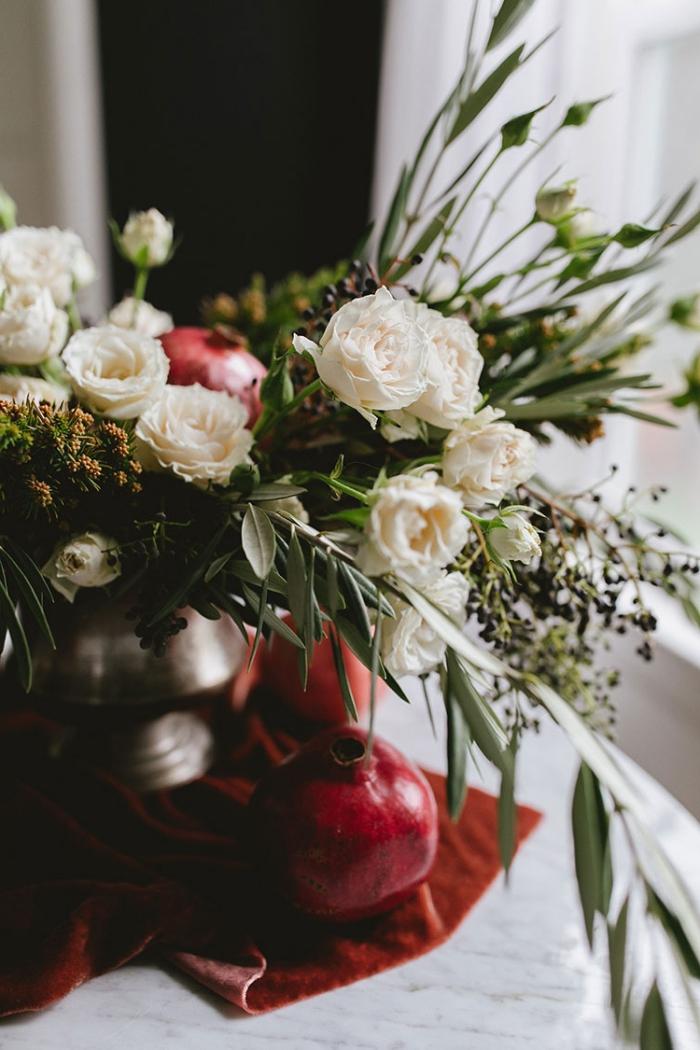 idée de centre de table pour noël à réaliser soi-même, diy composition florale avec roses blanches et grenades