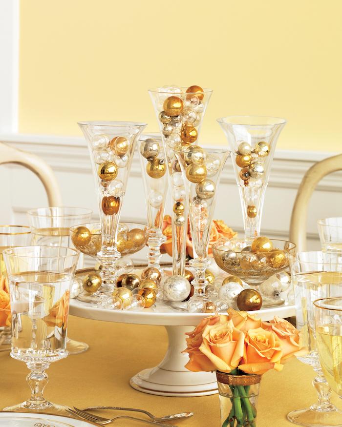 centre de table plateau blanc avec vases transparentes décorés de boules d or et d argent, mini bouquet de fleurs orange, deco centre de table original