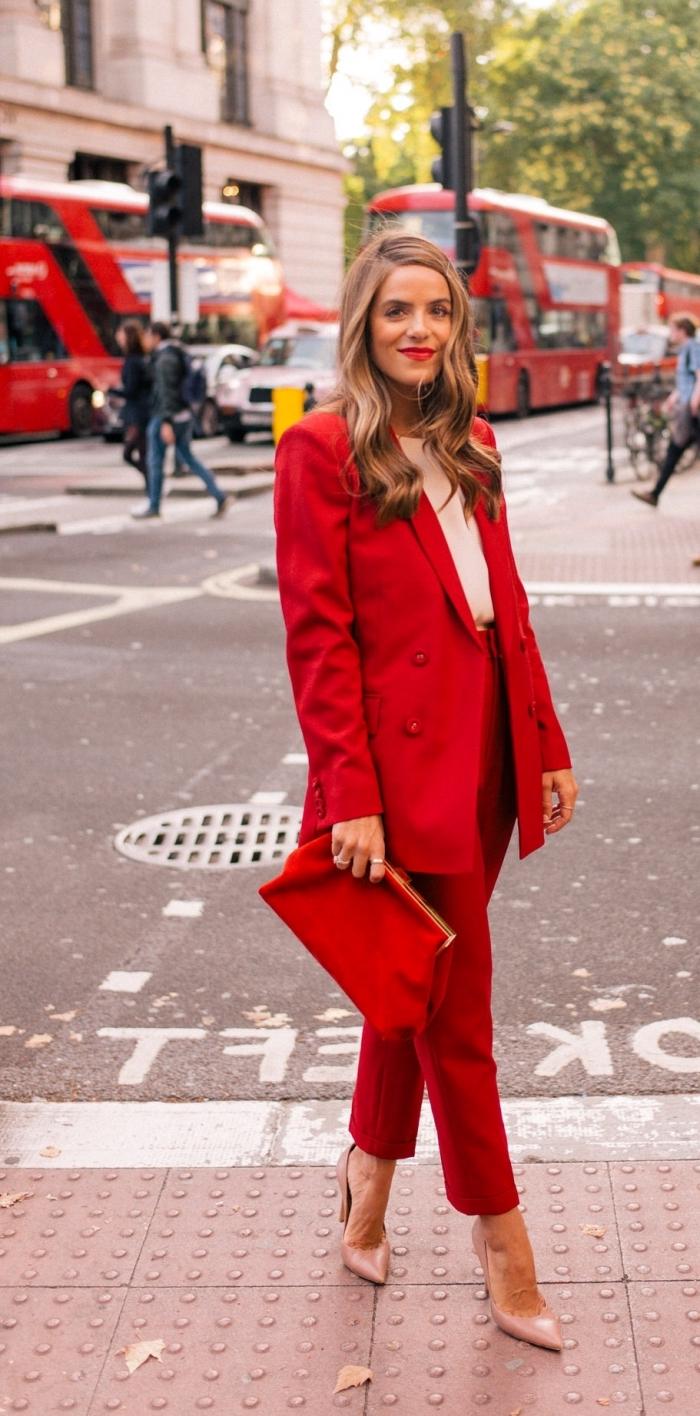 tailleur pantalon femme chic pour mariage, idée tenue femme invitée en costume 2 pièces rouges avec blouse nude