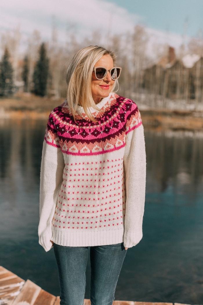 modèle de pull laine femme blanc à motifs fair isle de nuance orange et rose, tenue casual chic en jeans foncés et pull blanc