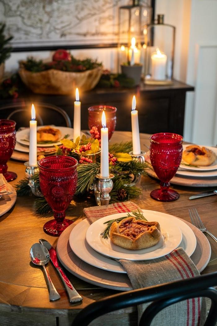 les plus belles tables de noel avec déco DIY, modèle d'arrangement de table réalisé avec branches de sapin et canneberges