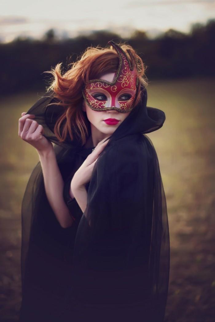 Femme masqué, rouge masque de venise et chaperon noir en tulle, déguisement de carnaval, comment s'habiller pour mardi gras