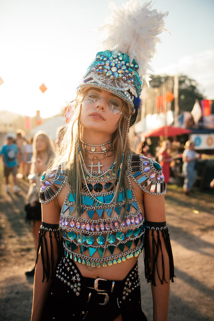 Fille en costume deux pièces cropped top style militaire avec cristaux, deguisement adulte femme, choisir sa tenue festive et moderne, chapeau avec plumes