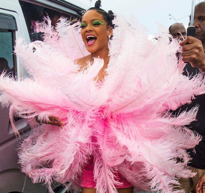 Le costume de Rihanna pour le carnaval de Rio de Janeiro, robe rose avec plumes Rihanna costume carnaval, le plus original déguisement de carnaval