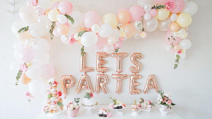 arche à ballons couleurs pastel claires, ballons lettres, petits gateaux d anniversaire candy bar rose gold