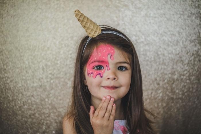 maquillage fille à réaliser chez soi avec peinture faciale de couleur rose, idée de maquillage amusant façon crème glacée