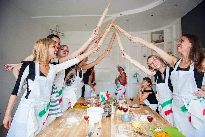 idée d activité anniversaire amusante entre amies, soirée cuisine, pâtissserie, femmes en tabliers, table de bois