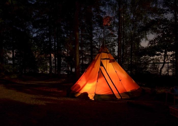 activité insolite couple, idée organisation d'un camping en couple, photographie de tente installée dans une forêt