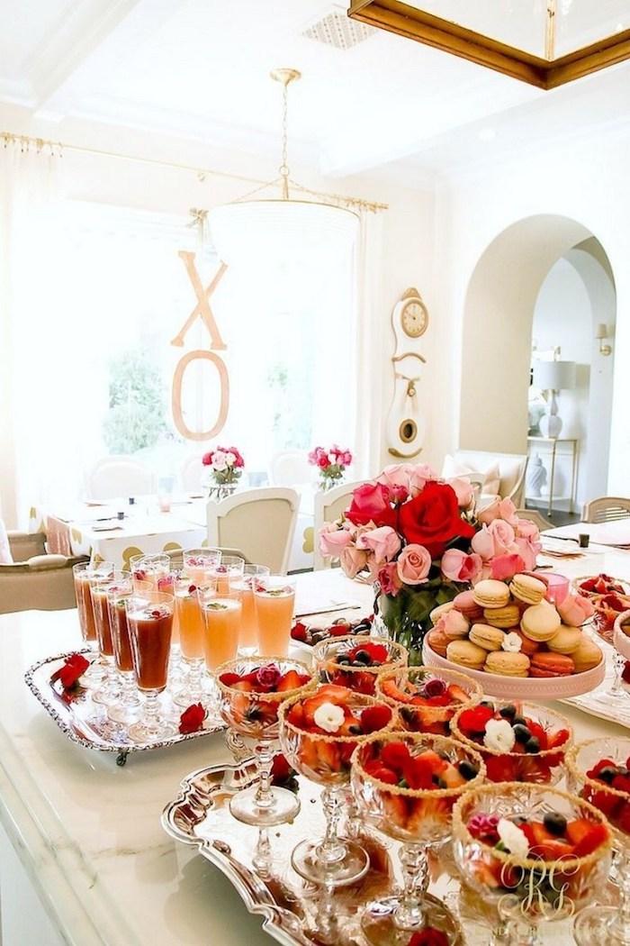 Table bien décoré pour un galentine, après midi avec les meilleures amies, décoration saint valentin, journée romantique déco simple et jolie