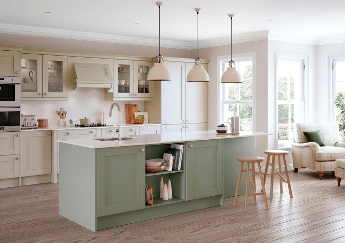 idée de couleur peinture cuisine rose pâle, modèle de cuisine rose aménagée avec meubles en beige et vert pastel