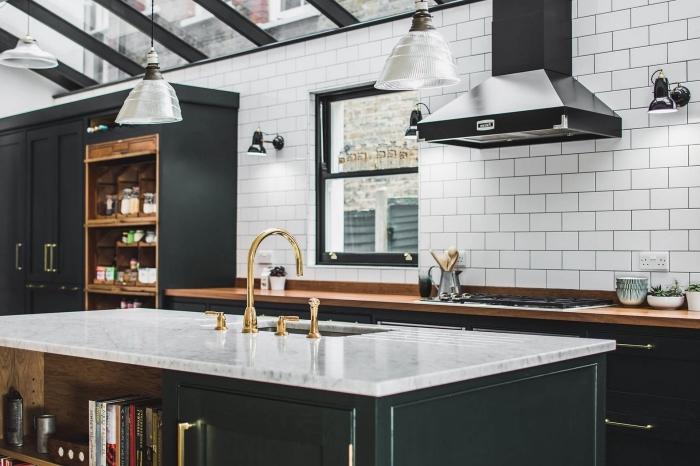 modèle de cuisine contemporaine aux murs en carrelage effet briques blanches aménagée avec meubles en vert de gris